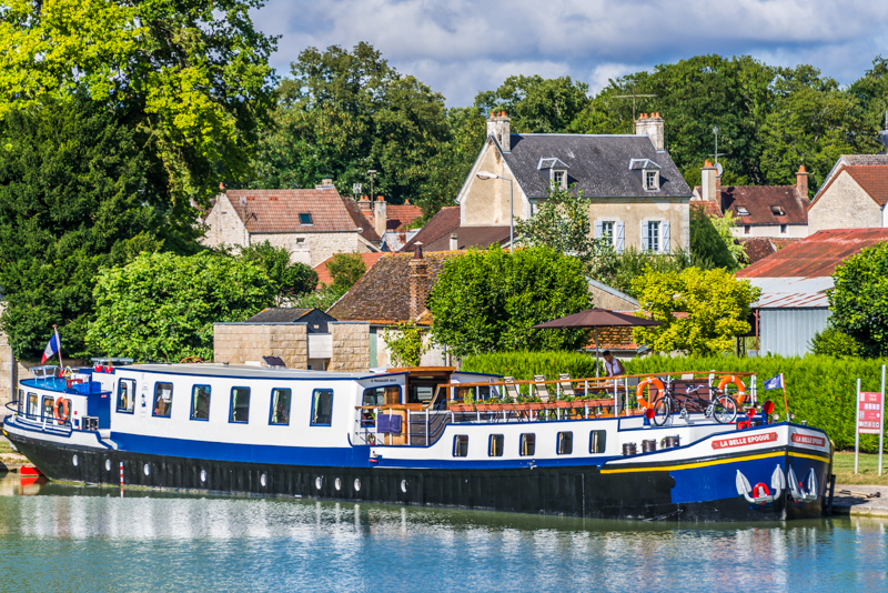 Cruise along the Burgundy canal in France